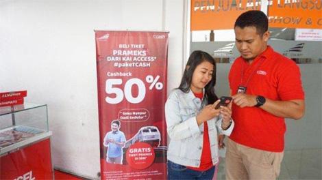 Manager Digital Regional Expansion Jateng, DIY, Agung Paty Lupinto (kanan) menjelaskan proses pembayaran tiket KA Prambanan Ekspres dengan menggunakan TCASH