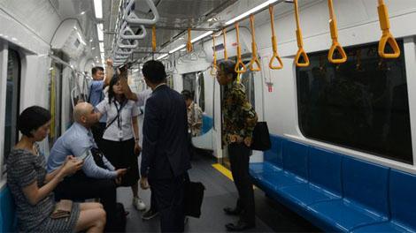 Warga antusias untuk mencoba naik angkutan terbaru Moda Raya Terpadu (MRT) Jakarta