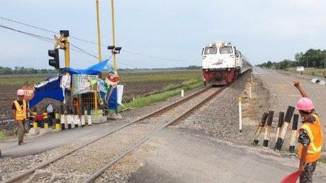 Perlintasan kereta api tanpa palang pintu di daerah Kabupaten Mojokerto