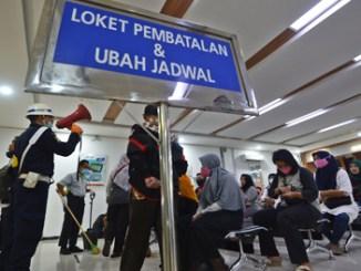 Masyarakat mengurus pembatalan tiket kereta api di Stasiun Pasar Senen, Jakarta