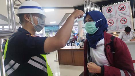 Petugas KAI memeriksa suhu tubuh penumpang