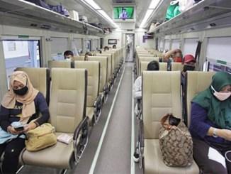 Penumpang duduk dengan menjaga jarak (physical distancing) di kereta api