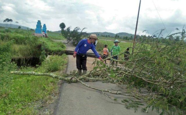 Photo of Dihantam Banjir Bandang, Jalan di Kayu Aro Kerinci Putus, 5 Desa Terisolir