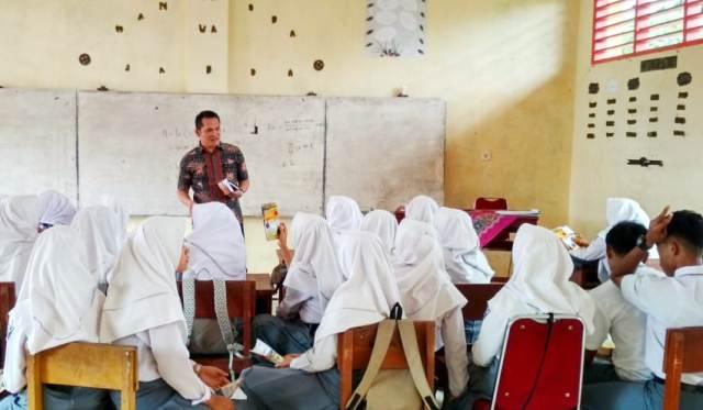 Dr. Alvia Santoni Saat Promosi Kampus STIE SAK di Sekolah Kabupaten Solok Selatan