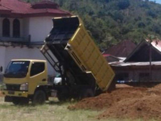 Dum Truk Sedang Membongkar Muatan Timbunan Untuk Membangun Lapangan Sepakbola di Desa Siulak Mukai Mudik Kabupaten Kerinci