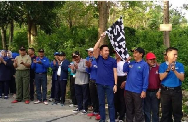 Fikar Azami Ketua DPRD Sungai Penuh saat jalan santai memperingati HUT Kecamatan Sungai Bungkal