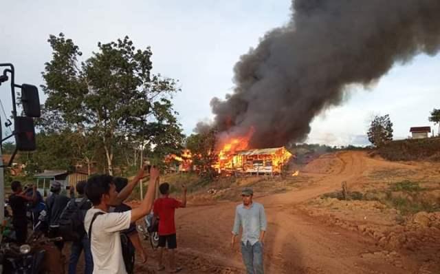 Dua Unit Base Came Perusahaan di Sarolangun Dibakar Massa