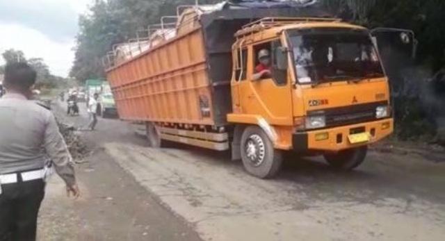 Truk Odol Sebagai Biang Kerok Kerusakan Jalan Nasional di Jambi