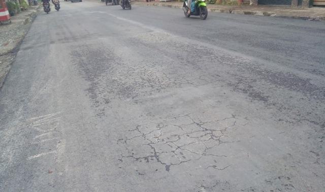 Photo of Baru Beberapa Hari Dikerjakanan Jalan Nasional Sungai Penuh Leter W Sudah Rusak