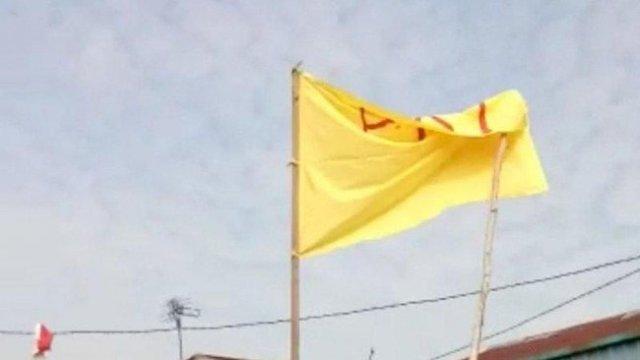 "Photo of Seorang Pria Kibarkan Bendera Bertulisan ""PKI"" di Kalbar"