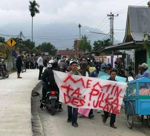 Photo of Tolak Hasil Pilkades, Masyarakat Simpang Tiga Kembali Demo