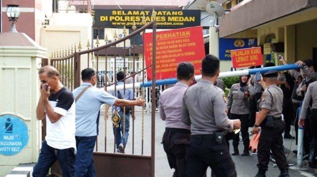 Photo of 1 Warga dan 5 Polisi, Jadi Korban Bom Bunuh Diri di Polrestabes Medan