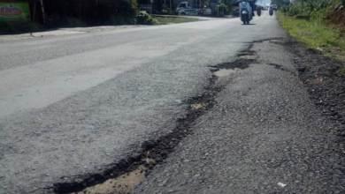 Photo of Jalan Senilai Rp. 16 Milar Amburadul, Deki dan Khusairi Diminta Bertanggung Jawab