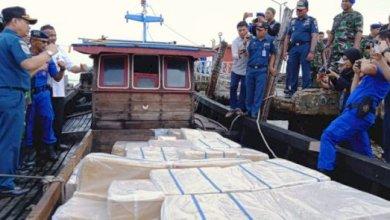Photo of 400 Ribu Bungkus Rokok Ilegal Diamankan Satgas Andalas di Perairan Kualatungkal