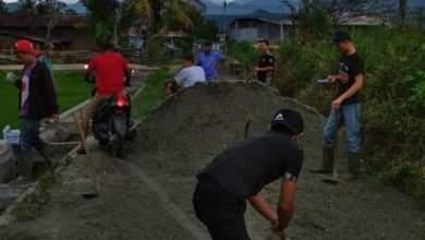 Photo of Lama Tak di Perbaiki, Warga Pendung Hiang Gotong Royong Perbaiki Jalan