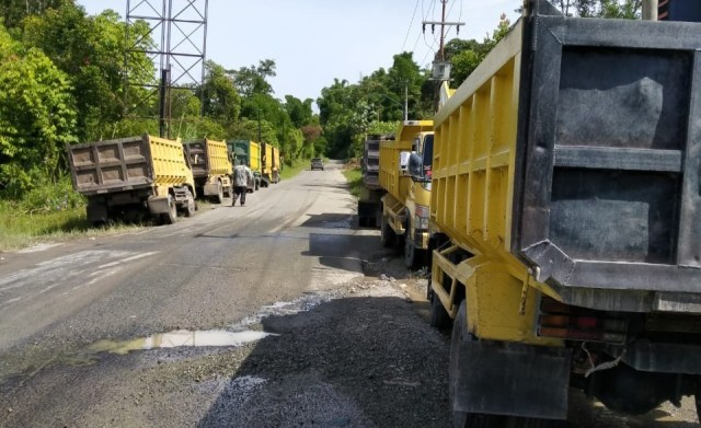 Photo of Diancam Warga Pulau Sangkar, Sopir Damp Truk Siulak Deras Larang Semua Pengangkutan Material untuk PLTA