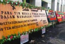 Photo of Karangan Bunga Penuhi Pelataran RS Kolonel Abunjani Sebagai Penyemangat Tim Medis