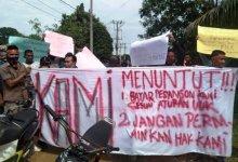 Photo of Aksi Karyawan PT Agrindo Tuntut Pembayaran Pesangon