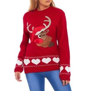 Dames kersttrui rendier rood kopen? Op de afbeelding is een rode dames kersttrui te zien met een print van Rudolf het rendier, versierd met diamantjes en witte hartjes aan de onderzijde.