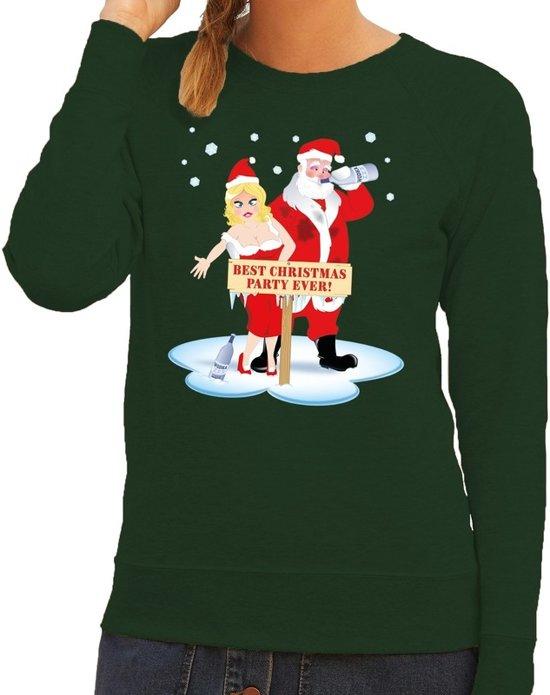 """Groene dames kersttrui met een print van een dronken kerstman en kerstvrouw. Ze staan voor een bord met de tekst """"best christmas party ever!""""."""
