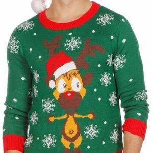 Groene heren kersttrui met rode tricot manchetten aan de hals, mouwen en taille. De kersttrui is versierd met witte sneeuwsterren en een gele print van Rudolf met kerstmuts aan de voorzijde.