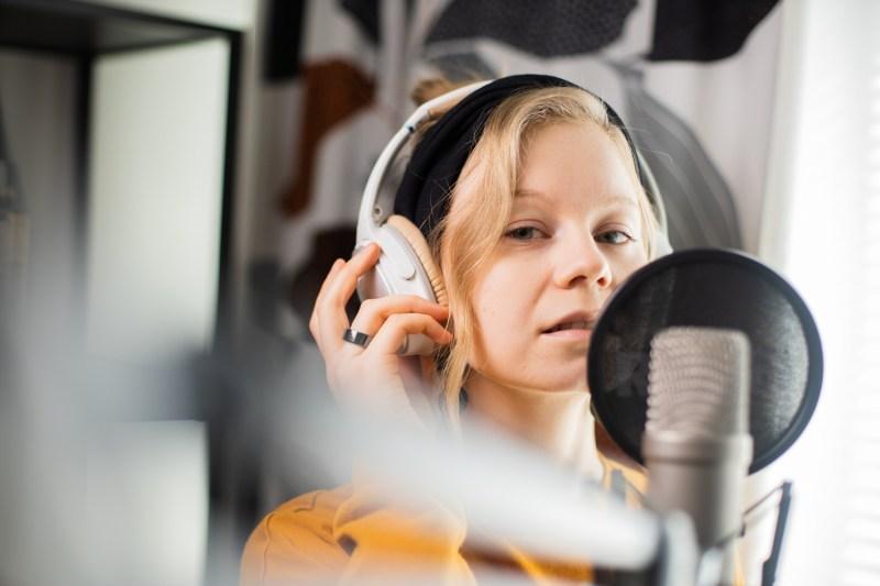 Kertojan ääni -podcastin juontaja Essi Pulkkinen