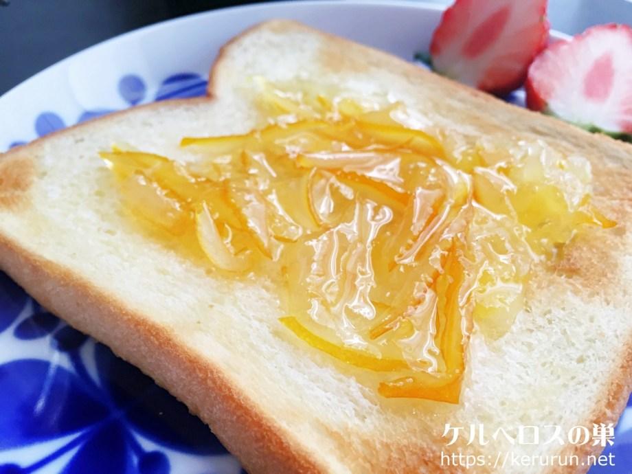 メイヤーレモンでマーマレード作ったのでさっそくバタートーストに塗って食べました。  普通のレモンよりも酸味がマイルドで皮の苦みも少ないです。