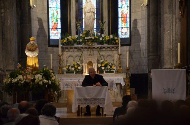 L'évêque du Diocèse Grenoble-Vienne, Monseigneur Guy de Kérimel s'entretenant avec le pèlerins dans l'église.