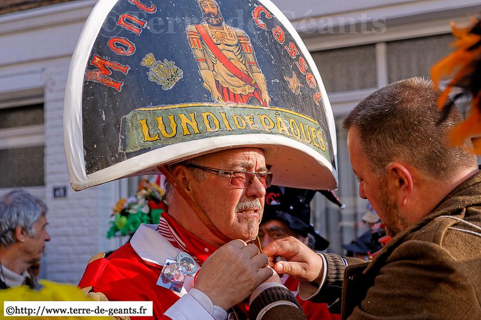 Vincent Minne aide son père, Bernard, à ajuster ce couvre chef unique... La relève est assurée...