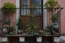 Taormina, balcon aux poteries typiques siciliennes