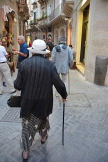 Couple de dos, croisé plusieurs fois dans les ruelles d'Ortigia, toujours l'un devant l'autre