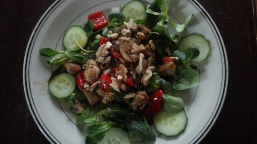 Lauwwarme salade met kippendij, ontbijtspek en walnoten