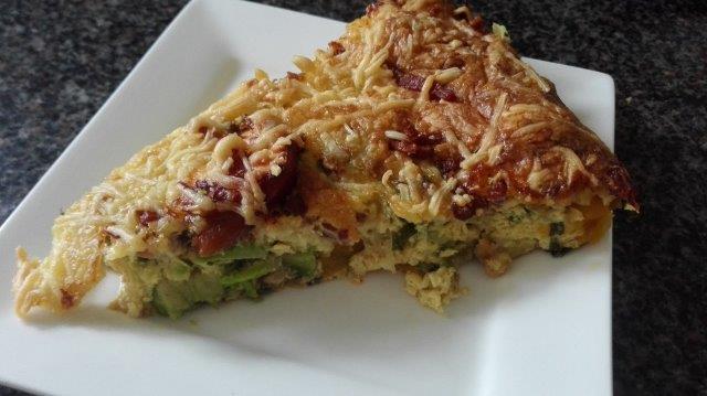 Hartige taart met avocado en gerookte kip