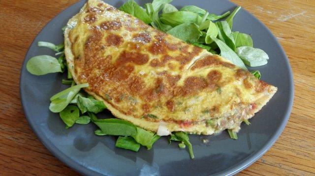 Basilicum-omelet gevuld met tomaten- en avocadosalsa