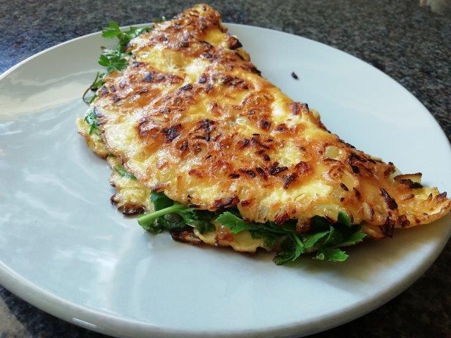 Kruidige gevulde sla-omelet