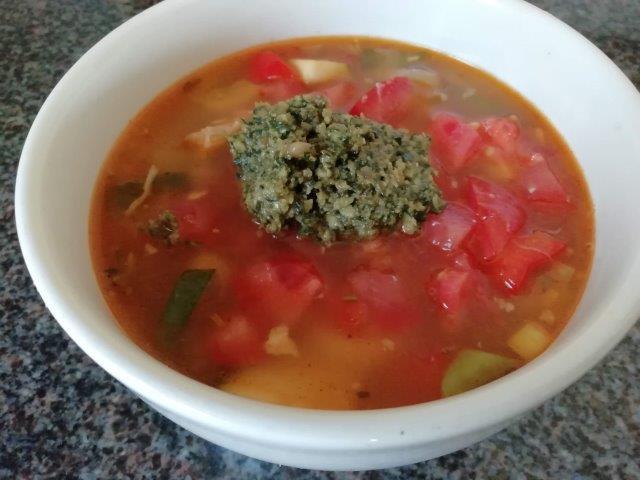 Italiaanse kippensoep met tomaat en pesto
