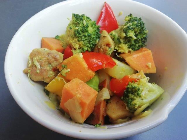 Broccoli kip-curry met zoete aardappel en paprika