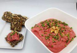 rode bieten hummus met notenbrood