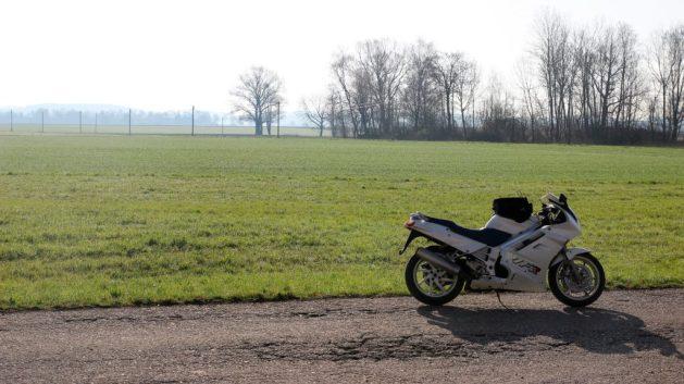Honda VFR vor gruener Wiese