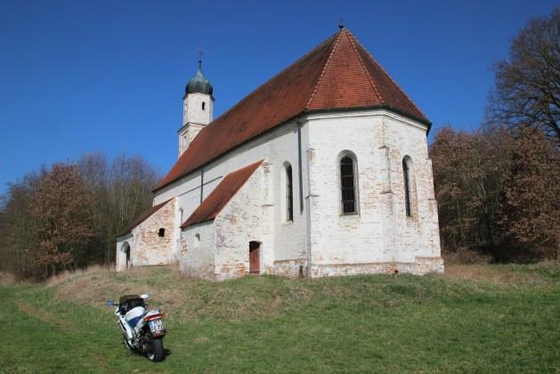 Motorrad vor der Geisterkirche Thomasbach