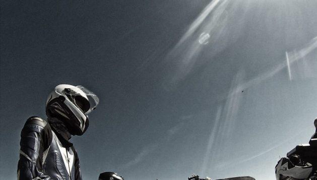 Motorradfahrer im Sonnenschein