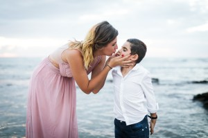 Shooting photo de vacances: Un bisou d'une maman à son fils