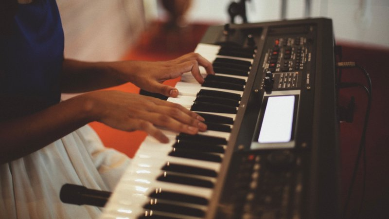 All about the power course of the keys of leandro cerqueira - keyboard girl