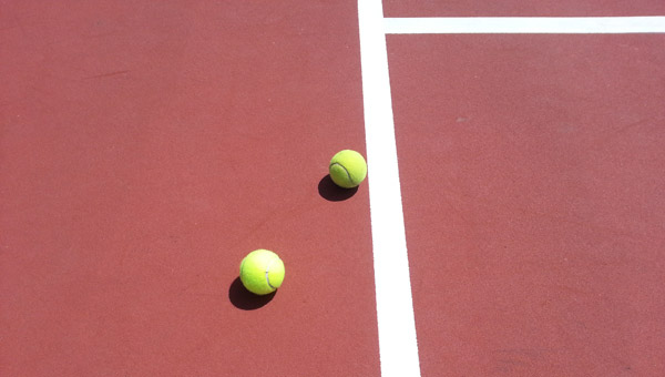 tennis-balls-on-service-line