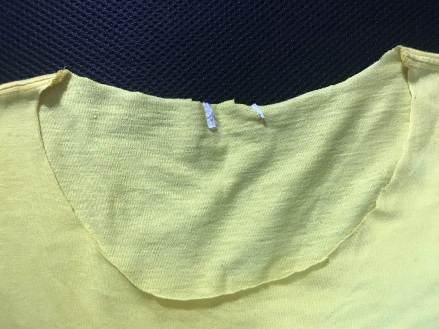 襟を全て切ったTシャツ