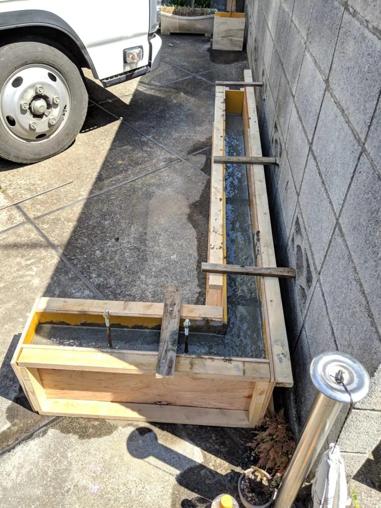 型枠にコンクリートを流す