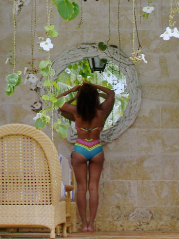 Wow JayZ Beyonce Knowles flaunts hot bum in bikini