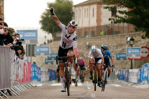 Lorena Wiebes wins an uphill sprint to take the opening stage of the three day Ceratizit Challenge