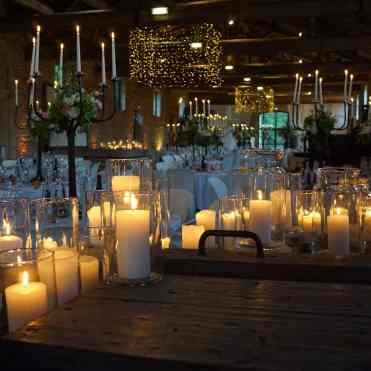 Mise en lumière avec bougies et éclairage architectural de la salle de danse de ce mariage au Château de Saint Trys à proximité de Lyon