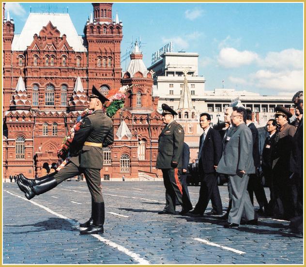 Kim Jong-Il deposita una ofrenda floral ante el mausoleo de Lenin (agosto de 2001).